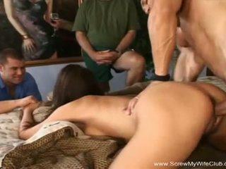 Tornillo mi esposa discoteca: desagradable morena gets follada en frente de su marido