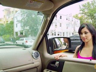Mandy fills її passenger сторона манда