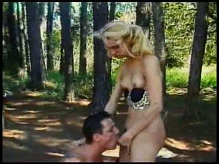 金發 小 奶 人妖 性交 在 森林 同 射精 上 她的 t