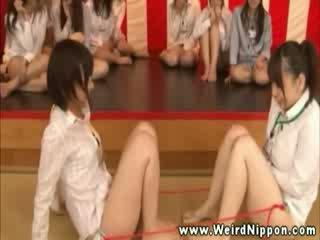 Orientaliska spel show encourages den damer till cum med dildos