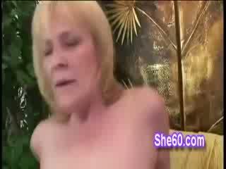 Blond grannyen adriana bends på alla fours till ta baben balle
