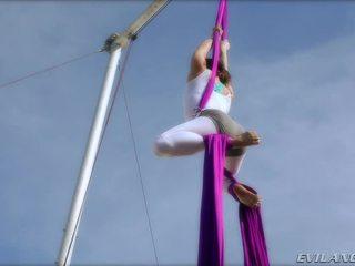 Belladonna keeps mình trong hình dáng doing aerial lụa routines