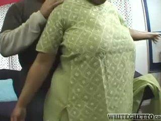 Indien milf loves ce son bf est having amusement autour son grand poitrine