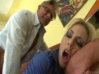 Fierbinte blonda jessie volt rides vechi guy pe canapea și eats sperma