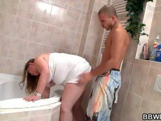 Grande y bella bet: lewd morena graso zorra abajo y salvaje en baño