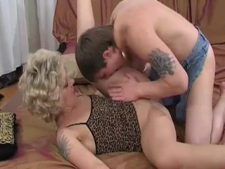 Arrapato bionda milf sucks e fucks giovane guy