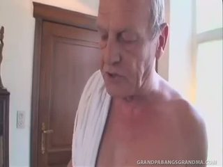 Greyhaired бабичка gets а double dipping на хуй
