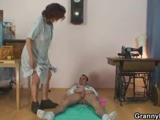 Sewing бабичка jumps на негов хуй