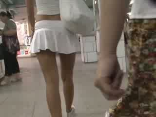 Ξανθός σε σέξι outfit waving ποπός κάτω από την φούστα