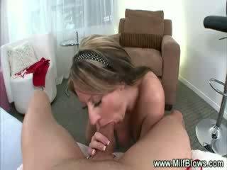 Milf striptease em seguida gives quente bj