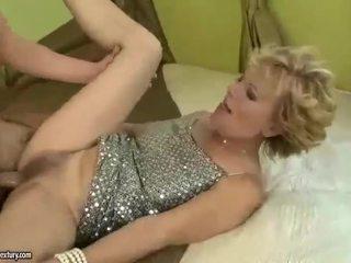 Gros seins grand-mère gets baisée