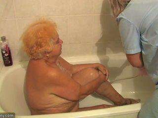 Gammal knubbig grandmother having knull beside innocent person