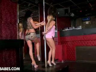 Pee pee babes: seductive pole dancers qij çdo tjetër