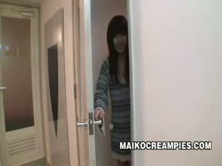 יפני תלמידת בית ספר מזוין