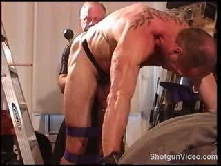 Jim roberts bondage, ball bashing ja iso musta takapuoleninokan plug