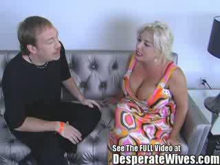 懶婦 妻子 claudia marie gets 性交 由 臟 d 和 swallows 他的 熱 load 的 spunk