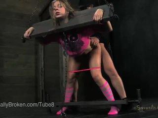 Nhỏ cô gái tóc vàng trong stocks và blindfold, sự nịnh hót con gà trống