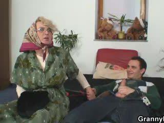Nenek pleases an muda guy