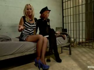 Scarlet cap politai elle alexandra shafts și dominates blonda inmate simone sonay