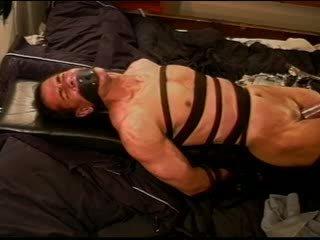 Екстремен vacuum pumping cbt на кожа вързани и restrained muscle guy.