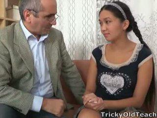 Tricky 늙은 perv lecturer persuades 아시아의 cutie 에 제비 그의 힘 tool