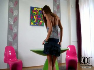 brunetka oglądaj, ścieśniać wszystko, striptease online