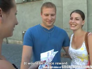 चेक couples युवा कपल takes मनी के लिए पब्लिक फोरसम