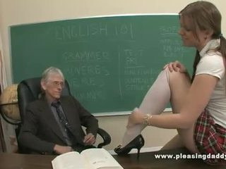 Ung skol körd av henne gammal läraren