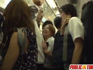 เด็กนักเรียนหญิง gives a ใช้มือ บน the รถบัส