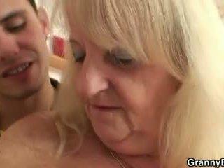On screws blondýna stará mama v čierne podkolienky