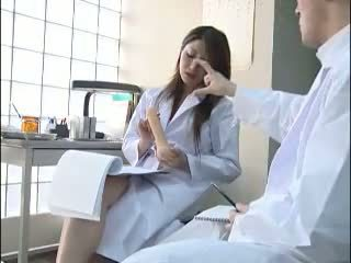 Sexig japanska doktorn gives henne colleague en bj