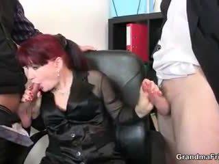 Forró üzleti hölgy takes two dicks