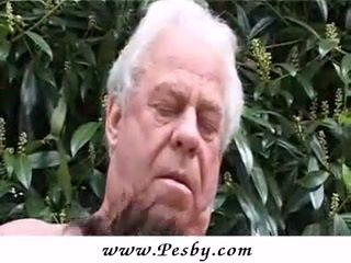 Tua gray senior adalah memukul sebuah seksi muda perempuan