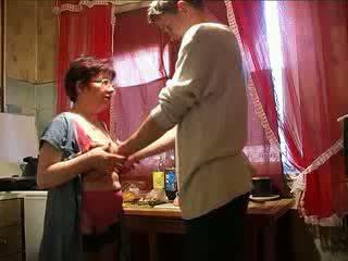 Amatieri vecmāmiņa jāšanās granddaughters boyfriend video