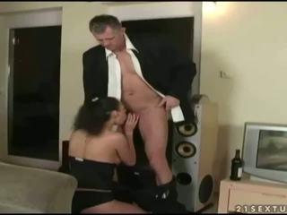 I eksituar adoleshent enjoys seks me gjyshi