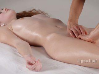 Pasarica receives o masaj de o om cu o vibrator