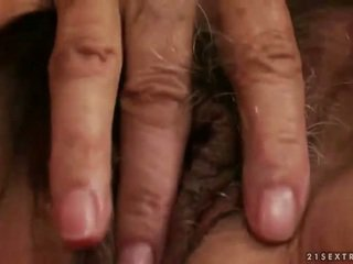 Geil rondborstig oma masturberen
