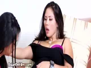 Ištvirkęs azijietiškas lesbietiškas fingers seksualu mergina į bikinis dirželis