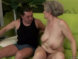 Prsnaté stará mama enjoys nemravné sex