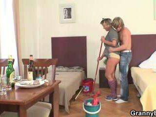 การทำความสะอาด หญิง rides ของเขา มีอารมณ์ หำ