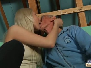 Félénk régi guy seduced által szőke tini