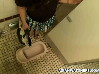 亚洲人 女学生 masturbates 在 她的 schools 浴室
