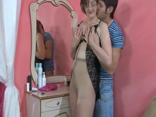 Mature milf sucks et fucks jeune guy