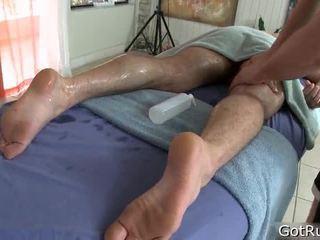 Människa receives hans kropp massaged och leksak körd