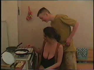 Māte ar liels saggy krūtis & guy