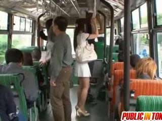Yuu asakura дупе е rubbed с а хуй на на автобус