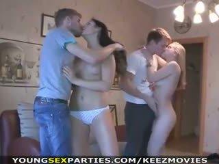 Jeune sexe parties - adolescence baise en pairs et plus