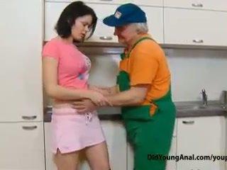 Išdykęs paauglys mergaitė pays an senas repairman už darbas su jos jaunas įtemptas subingalvis
