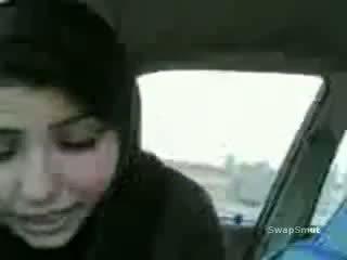Arab 女の子 swallows 精液 で ザ· 車 ビデオ