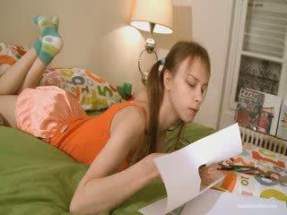 Pievilcīgas draudzene doing nejaukas homework